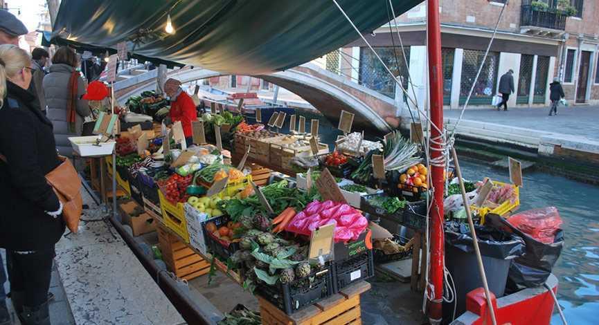 Le vendeur de fruits flottant
