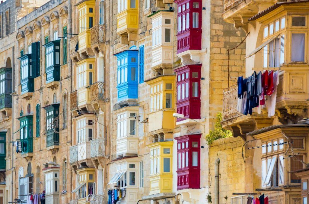 colourful balconies en La Valetta